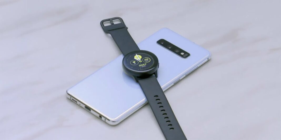 Smartwatch charging by phone